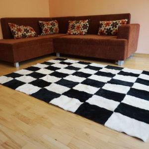 Čierno-biely kožušinový koberec