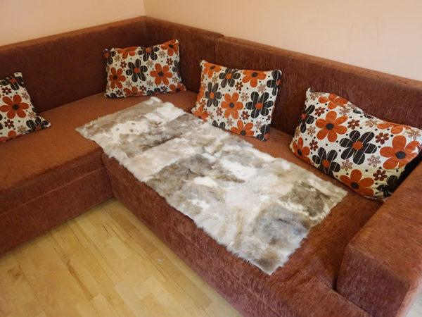 Strakatý šedý kožušinový koberec