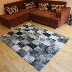 Šedý kožušinový koberec